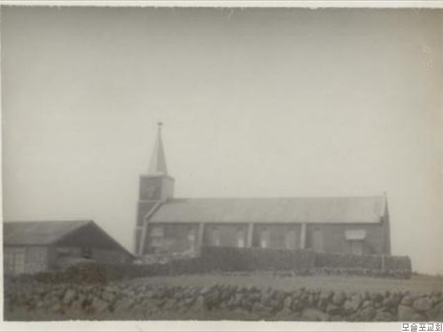 신축 모슬포교회 남쪽으로본 교회  전경(1966.4.30)